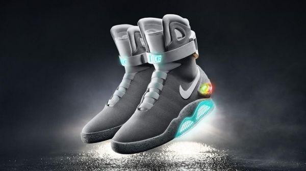 Imaginées en 1989 pour le deuxième volet de Retour vers le futur, les  baskets autolaçantes passent du fantasme à la réalité. Nike annonce sa  disponibilité ... 73ba1ec41471
