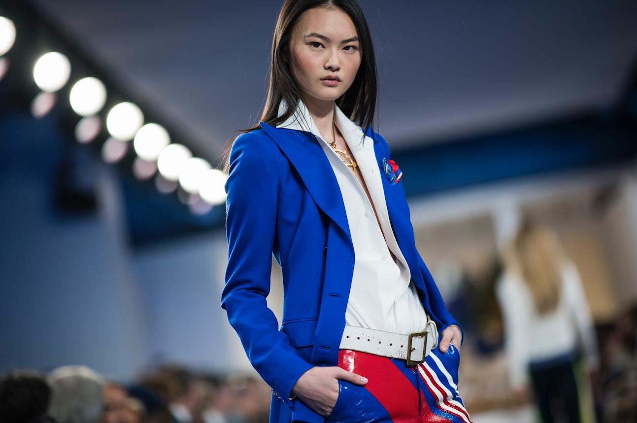 ddbf9ad1da6 La mode new-yorkaise s est parée de mille feux et a fait sienne la tendance  de la beauté pailletée du moment.