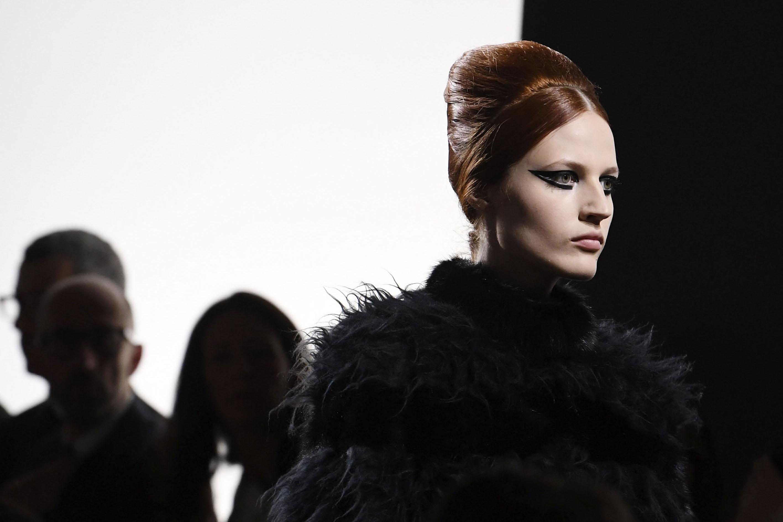 Les défilés Haute Couture automne hiver 2018 2019 ont affiché une  esthétique à la fois charmante et osée, sous forme d eyeliner audacieux, de  teints glossy ... d0986562d08