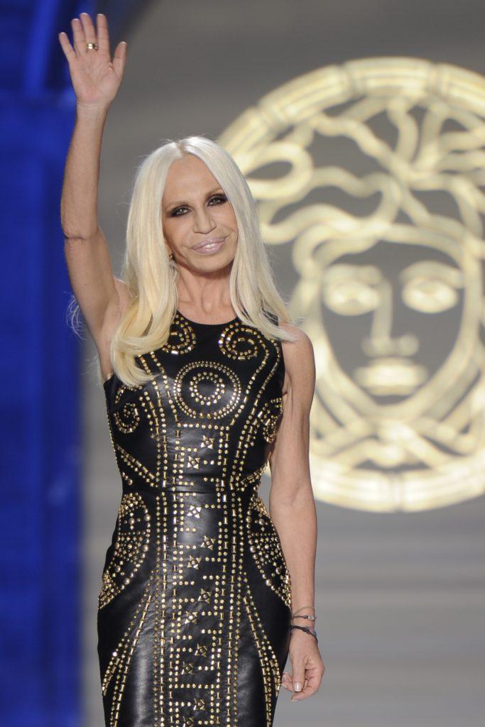 La maison italienne Versace, l une des rares à être encore indépendante,  serait en passe d être vendue au groupe de mode américain Michael Kors, ... 0d2ff86740b